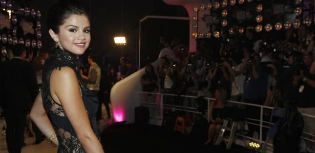 A cantora Selena Gomez posa para os fotógrafos ao chegar ao VMA 2011, em Los Angeles (28/8/2011) - AP Photo/Matt Sayles