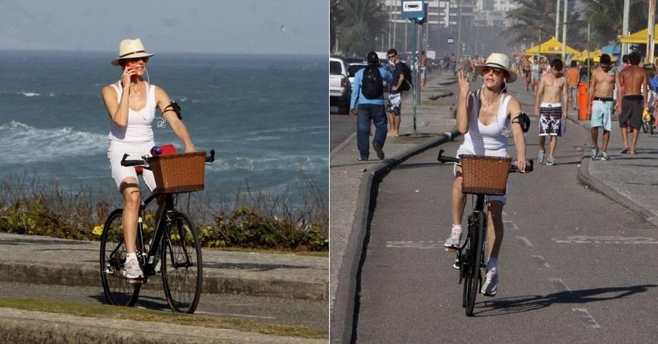 Christiane Torloni é fotografada ao andar de bicicleta na orla da Barra da Tijuca (28/8/11)