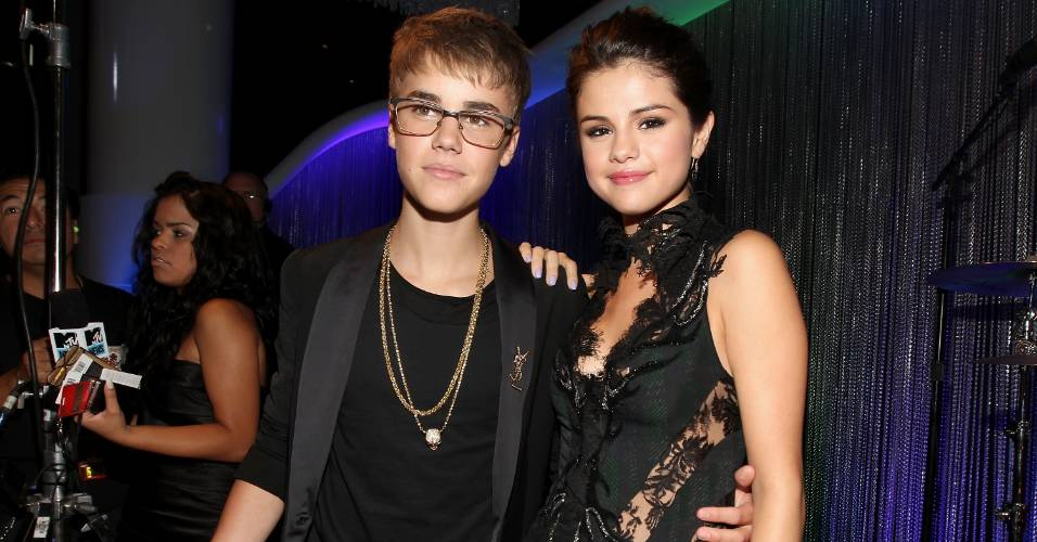 Os namorados Justin Bieber e Selena Gomez posam juntos antes do início do Video Music Awards 2011, em Los Angeles (28/8/2011)