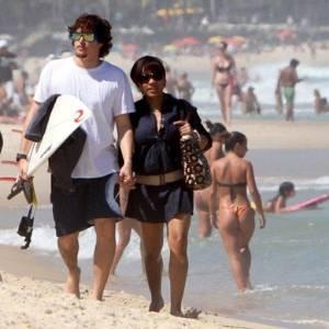 Felipe Dylon e Aparecida Petrowky passeiam na praia de Ipanema, no Rio (29/8/2011) - AgNews