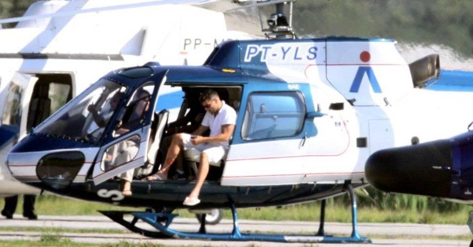 O cantor Ricky Martin faz passeio de helicóptero no Rio de Janeiro (29/8/11)
