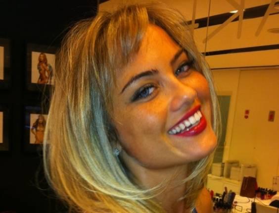 Ellen Roche exibe novo corte de cabelo (29/8/11)