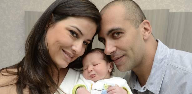 A apresentadora Cristina Lyra, com o filho e o marido, Marcelo Augusto (30/8/11)