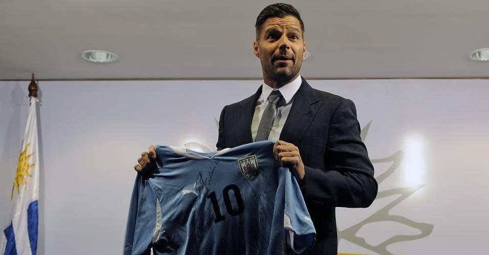Ricky Martin posa com camisa do Uruguai durante viagem com a turnê para o Uruguai (31/8/2011)