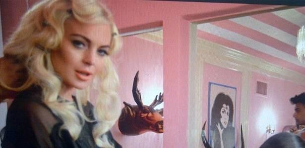 Com cabelo enrolado, Lindsay Lohan publica foto sua enquanto faz a unha (30/8/11)