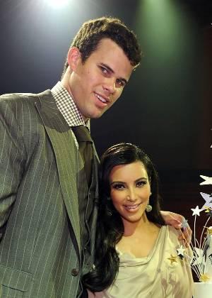 Kris Humphries e Kim Kardashian ganham bolo de boas vindas, após lua de mel; a socialite e o jogador de basquete ficaram casados por menos de 3 meses (31/8/11)
