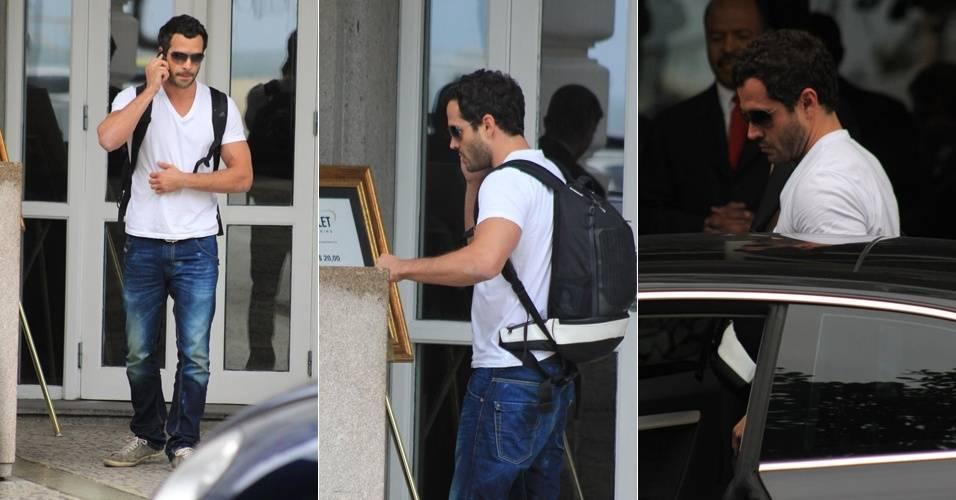 O ator Malvino Salvador é fotografado saindo do hotel Copacabana Palace, no Rio (1/9/11)