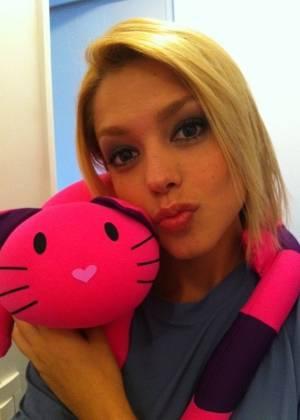 Depois de malhar, Thaís Fersoza posta foto com gatinho em seu Twitter (2/9/11)