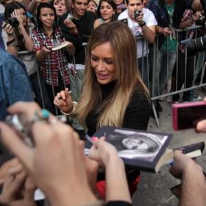 A atriz e cantora Hilary Duff deixa o prédio da MTV Brasil, em São Paulo (6/9/11)