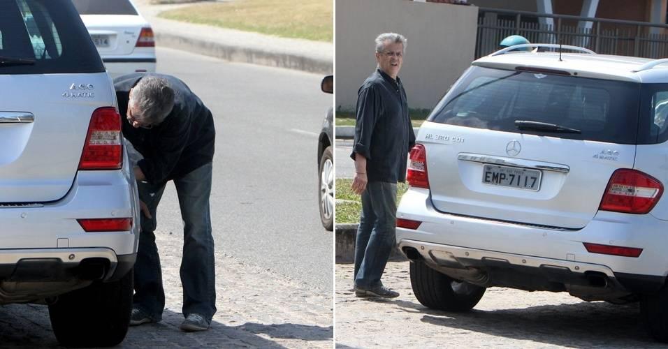 O ator e diretor Marcos Paulo é fotografado enquanto verifica o pneu de seu carro, na orla do Recreio dos Bandeirantes, no Rio de Janeiro (6/9/11)