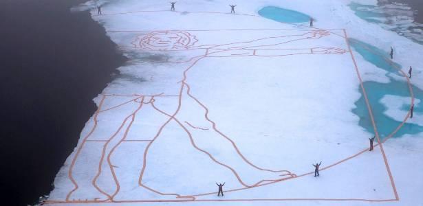 """Artista recria um dos mais célebres desenhos de Leonardo da Vinci, """"Homem Vitruviano"""", na camada de gelo do Ártico para chamar a atenção para o de gelo, a 800 km do polo norte - EFE/Nick Cobbing"""