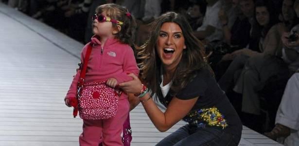 Fernanda Paes Leme desfila com crianças em evento (6/9/11)