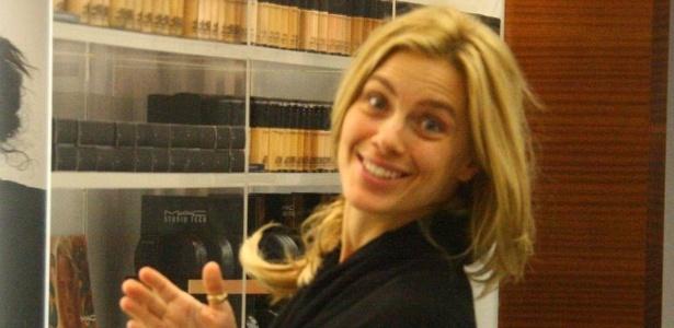 Carolina Dieckmann é fotografada em loja de cosméticos do Rio (14/9/11)