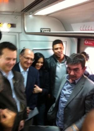 Ronaldo, Andrés Sanchez, Kassab e Geraldo Alckmin vão de trem para estação Corinthians Itaquera (16/9/11)