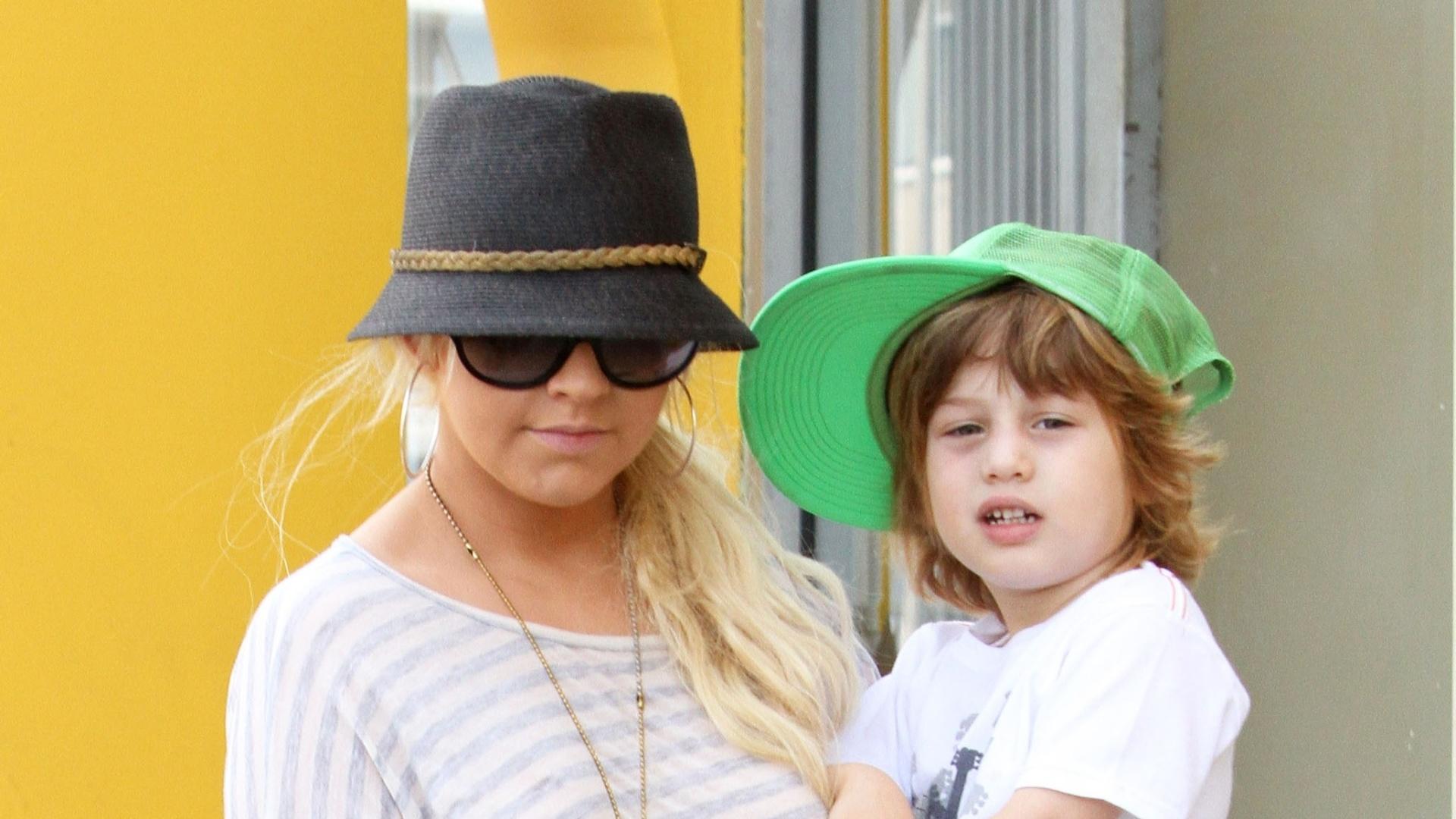 Christina Aguilera passeia com o filho Max pelas ruas da Califórnia (15/9/11)