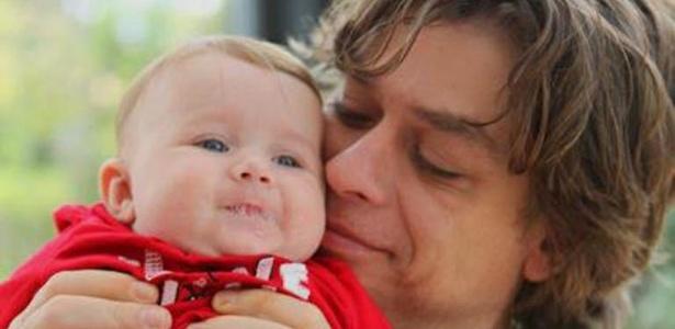 Fábio Assunção publicou no Facebook uma foto segurando a filha Ella Felippa, de quatro meses