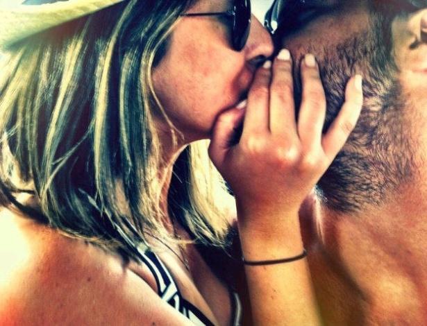 Com um beijão, Fernanda Paes Leme se despede do namorado, o lutador Gregor Gracie em Nova York (20/9/11)