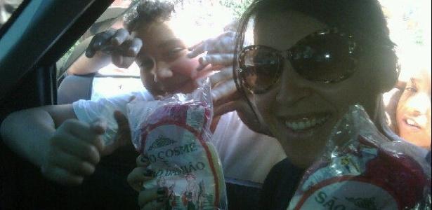 A ex-BBB Priscila Pires distribui doces no Dia de São Cosme e Damião (27/9/2011).
