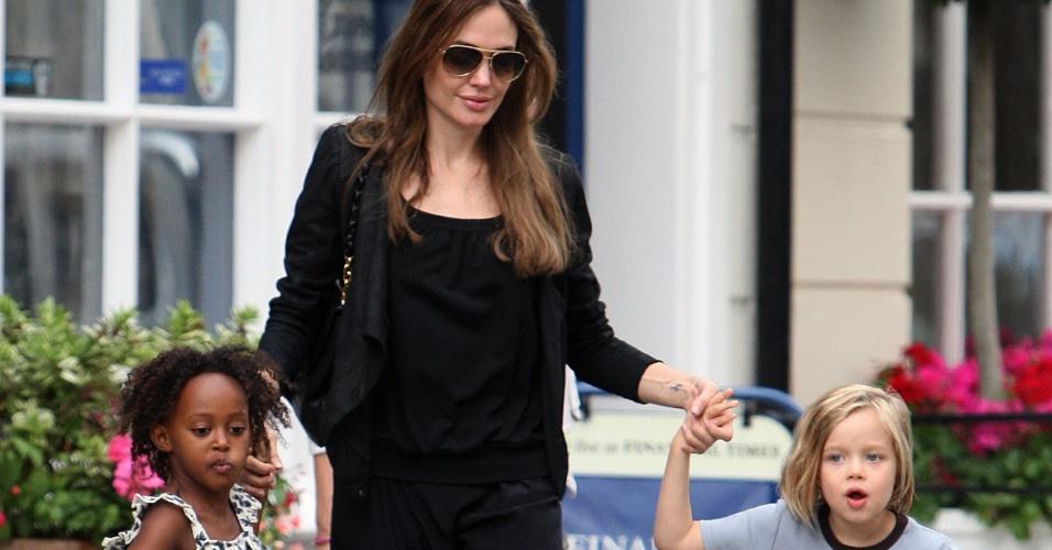 Angelina Jolie passeia com as filhas Zahara (esq.) e Shiloh (dir.) por Londres (1/9/2011)