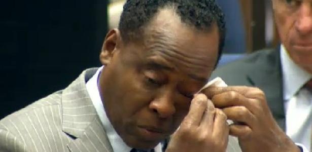 Dr. Conrad Murray chora durante o discurso de abertura do advogado de defesa, Ed Chernoff, no primeiro dia do julgamento em que é acusado pela morte de Michael Jackson, em tribunal de Los Angeles (27/9/2011)