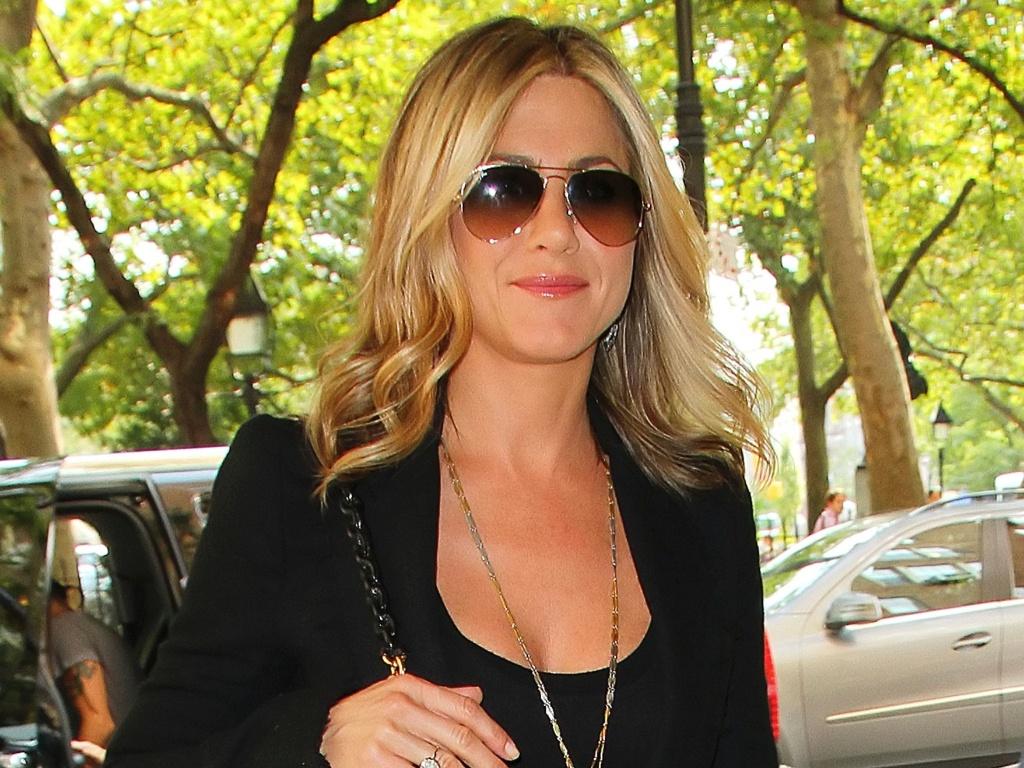 Jennifer Aniston chega sorridente para pré-estreia da série