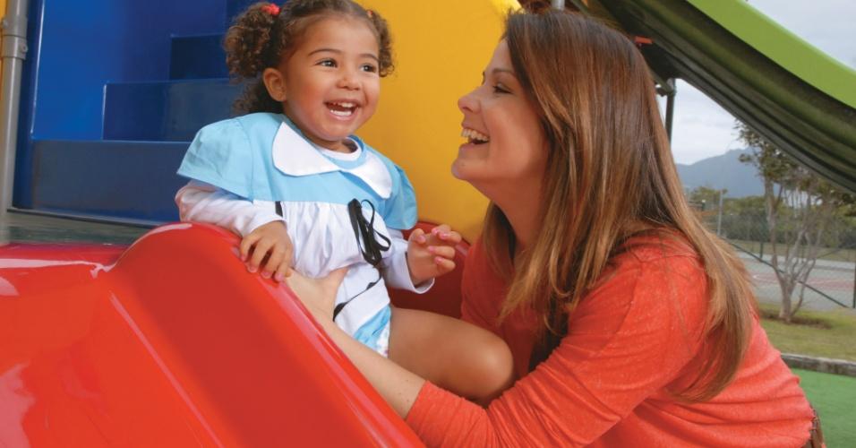 Samara Felippo brinca com a filha Alícia de 2 anos (setembro/2011)