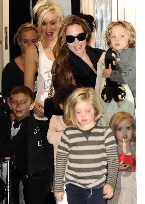 Angelina Jolie deixa casa de Gwen Stefani (no fundo) com os filhos Knox, Vivienne, Shiloh e Zahara em Londres