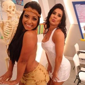"""Cinthia Santos e Scheila Carvalho nos bastidores de """"Escolinha do Gugu"""" (setembro/2011)"""