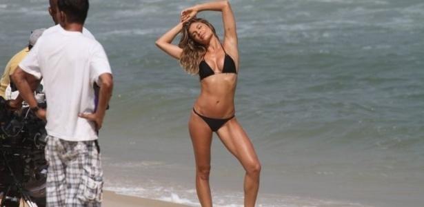 Grazi Massafera faz pose sensual em gravação de comercial no Rio de Janeiro (01/10/11)