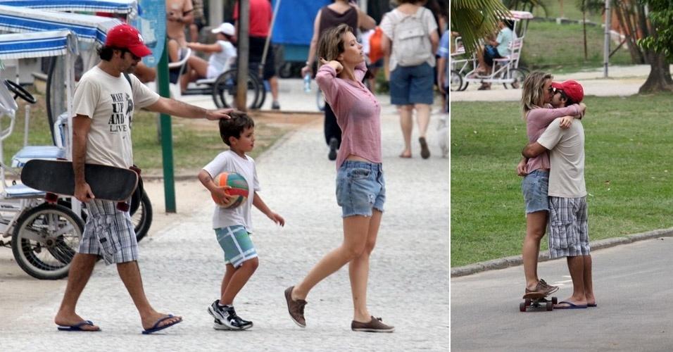 Bruno Mazzeo e Juliana Didone passeiam na Lagoa Rodrigo de Freitas com o filho do ator, João (02/10/11)