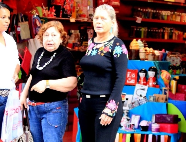 Após sair da clínica de reabilitação, Vera Fischer exibe boa aparência e faz compras no Leblon (2/10/11)
