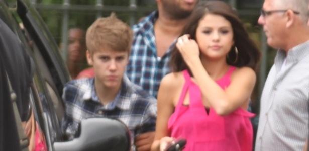 Acompanhado da namorada Selena Gomez, Justin Bieber chega ao heliponto na Lagoa, de onde partem os helicópteros para a visitação ao Cristo Redentor, no Rio (4/10/2011)