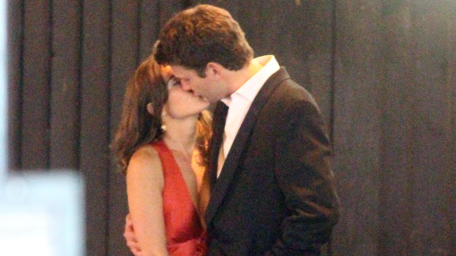 Em clima de romance, Pippa Middleton e o namorado Alex Loudon se beijam (3/10/11)