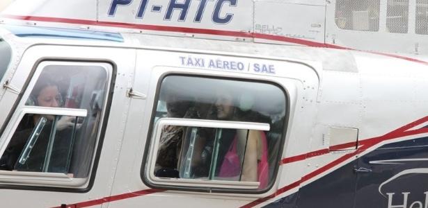 Justin e Selena passeiam de helicóptero até o Cristo Redentor, no Rio (4/10/2011)