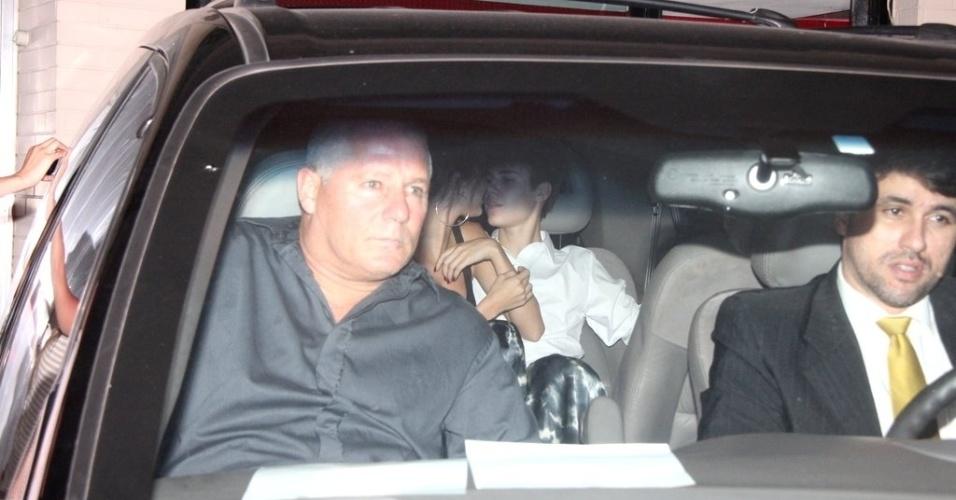Justin Bieber e Selena Gomez trocam carícias, após show no Rio de Janeiro (5/10/11)