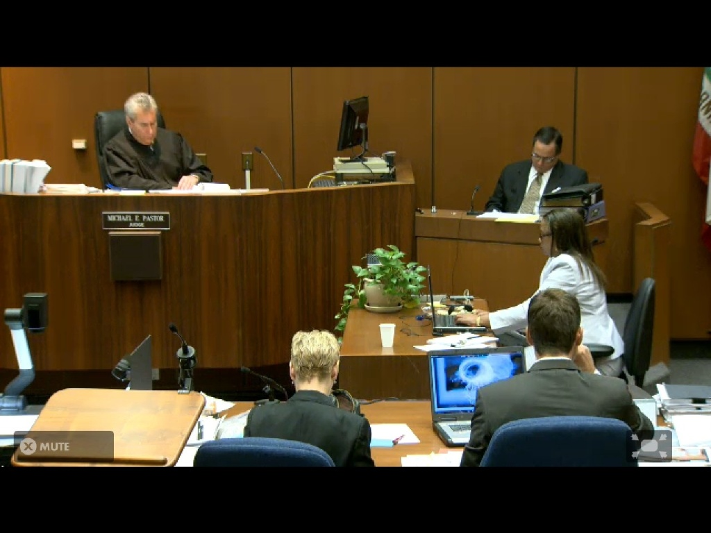 Juiz, promotores e investigador Scott Smith acompanham áudio da entrevista de Conrad Murray à polícia dois dias após a morte de Michael Jackson (07/10/2011)