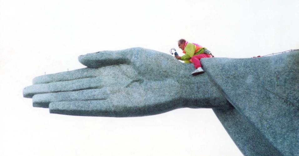 Renato Aragão beija a mão do Cristo Redentor (23/7/1991)