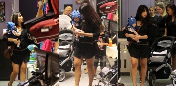 A atriz Daniele Suzuki passeia com o filho Kauai em shopping da Barra, na zona oeste do Rio de Janeiro (12/10/2011)