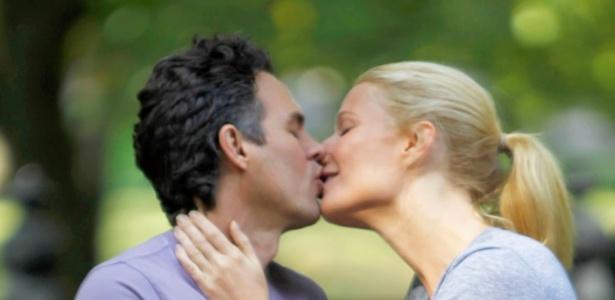 """Gwyneth Paltrow e Mark Ruffalo se beijam durante gravação do filme """"Thanks for Sharing"""" (11/10/2011)"""