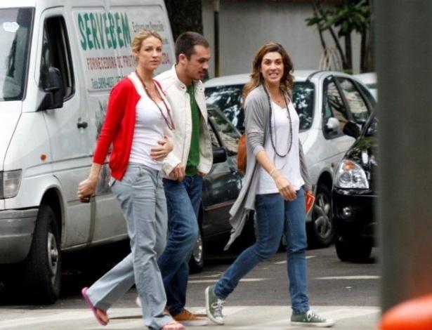 Luana Piovani caminha pelas ruas do Leblon ao lado de amigos (15/10/11)