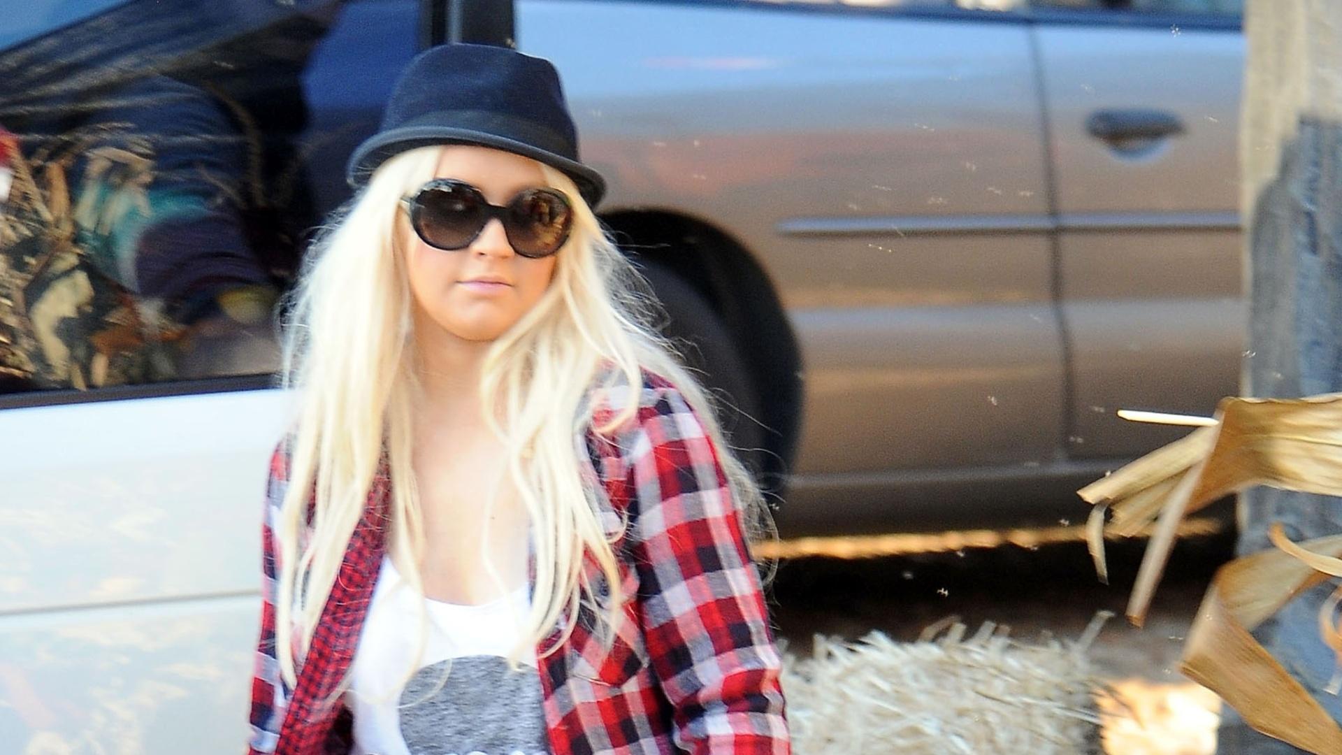 Em clima de Halloween, Christina Aguilera e o filho Max compram abóboras (14/10/2011)