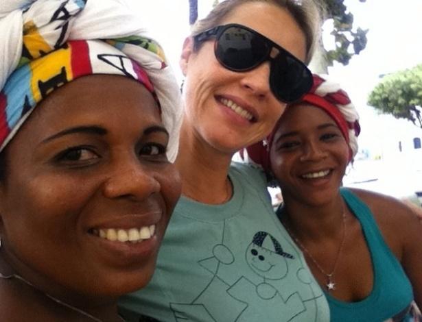 Luana Piovani posta foto ao lado de baianas em Salvador (16/10/2011)