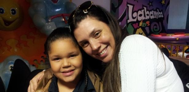 """Simony posta foto ao lado da filha Aisha nos bastidores de gravação da novela """"Carrossel"""", do SBT (17/10/2011)"""