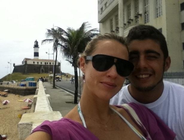 Luana Piovani posta foto ao lado do marido, o surfista Pedro Scooby, em Salvador (17/10/2011)