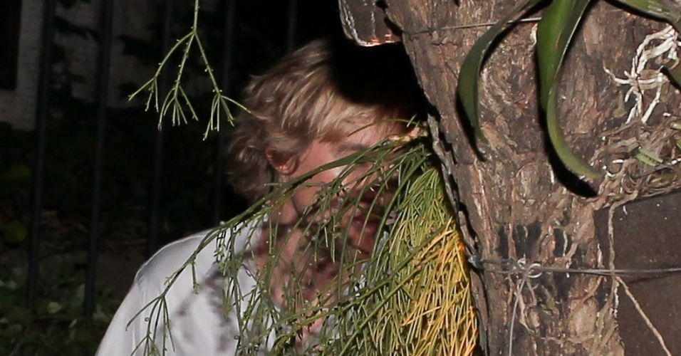 Ator Owen Wilson foge de fotógrafos em São Paulo e se esconde atrás de árvore (18/10/2011)