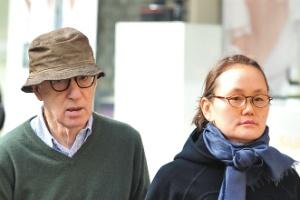 Woody Allen e Soon-Yi Previn passeiam pelas ruas de Nova York (18/10/2011)