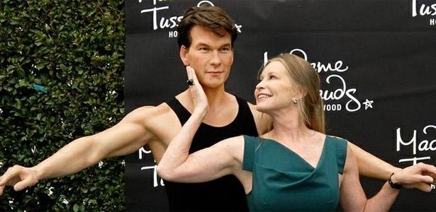 Lisa Swayze, viúva de Patrick Swayze, brinca com estátua de cêra do ator no museu Madame Tussauds