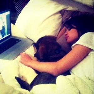 Selena Gomez avisa aos fãs que está doente e publica foto dormindo ao lado de seu cão (25/10/11)