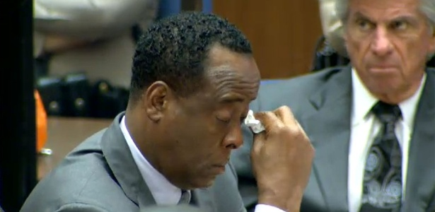 Conrad Murray chora durante testemunho de Ruby Mosley, sua ex-paciente (26/10/2011) - Reprodução