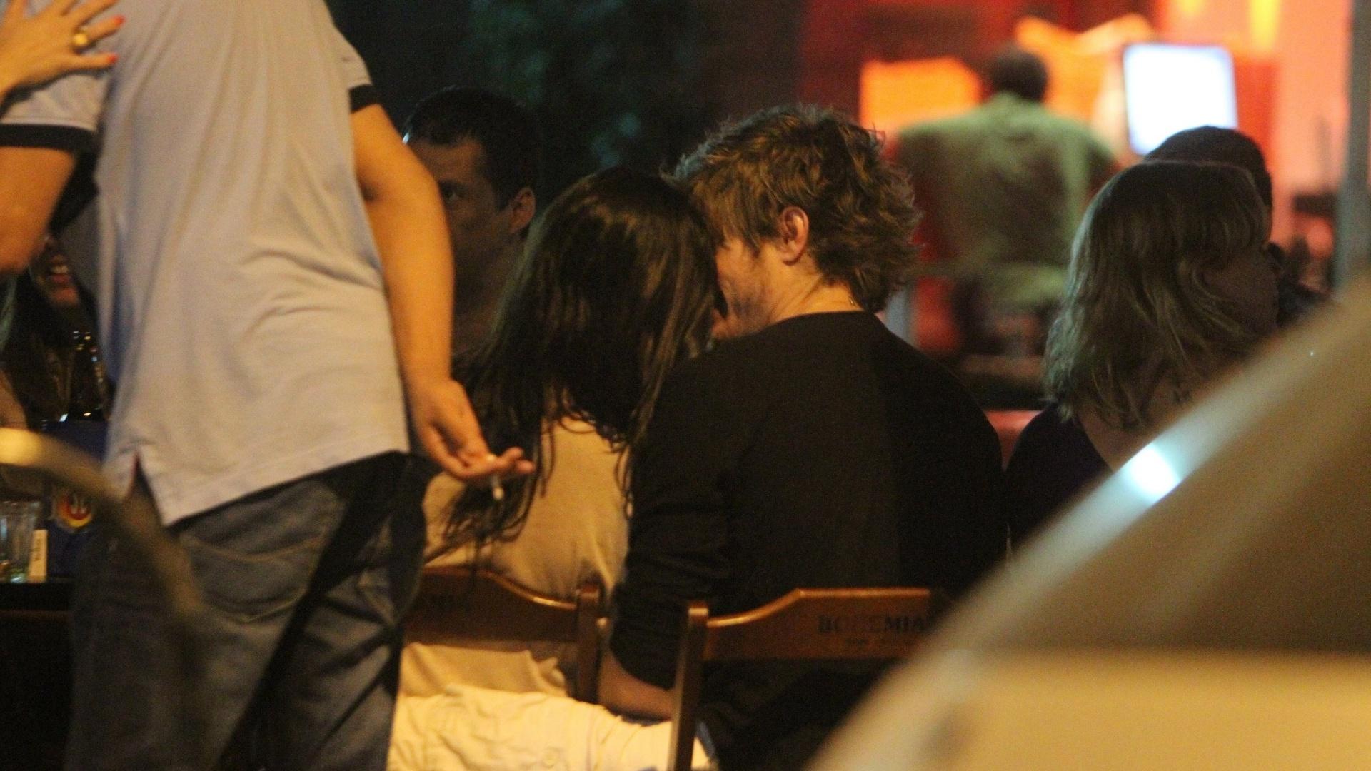 Isis Valverde troca beijos com o novo namorado (25/10/2011)